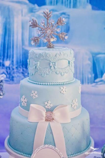 Festa Frozen bolo de pasta americana 3 andares com laço decorativo