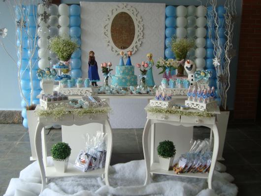 Festa Frozen provençal com painél de bexigas e espelho branco