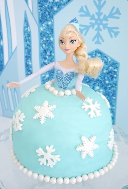 Festa Frozen bolo de pasta americana escupido no formato da Frozen