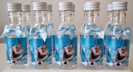 Festa Frozen lembrancinha feita com garrafinha de acrílico