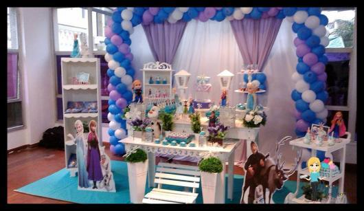 Festa Frozen provençal com cortina e arco de bexigas e carpete azul imitando gelo