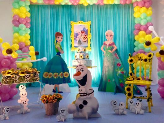 Festa Frozen Fever com cotina azul e provençal amarelo