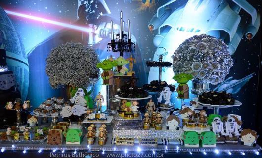 Festa Star Wars com flores na mesa