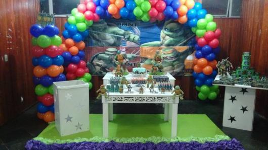 Festa Tartarugas Ninja provençal branca com arco de bexigas