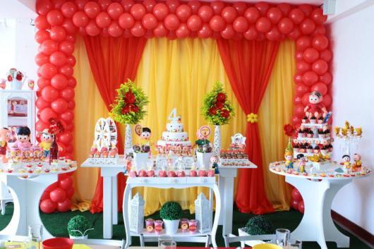 Festa Turma da Mônica provençal branca com cortina vermelha e amarela