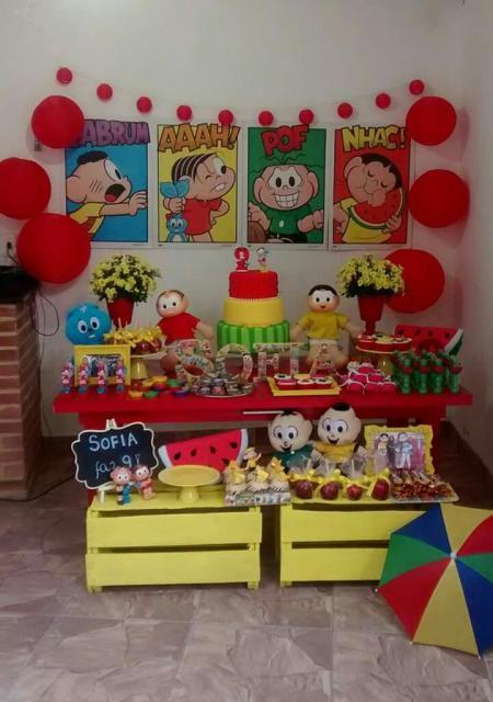 Festa Turma da Mônica com caixotes e quadrinhos dos personagens