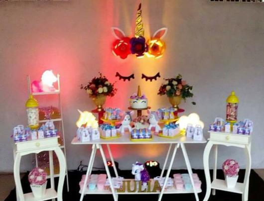 Festa Unicórnio provençal com painél iluminado