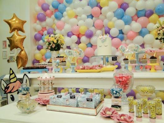 Festa Unicórnio provençal branco com painél de balões