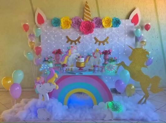 Festa Unicórnio baby com painél no formato de um unicornio