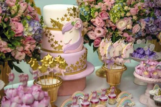 Festa Unicórnio bolo rosa e dourado