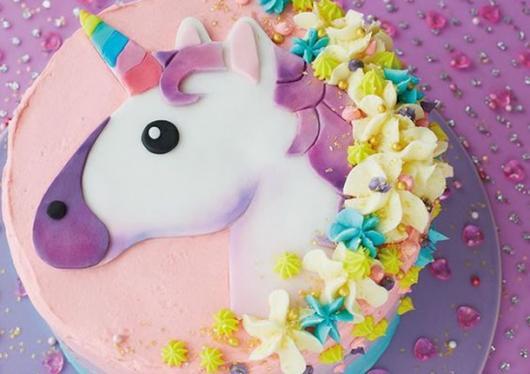 Festa Unicórnio bolo simples decorado com glacê