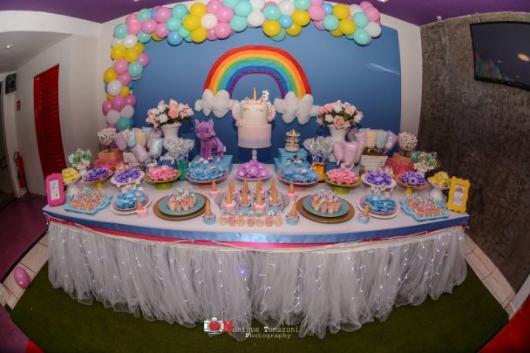 Festa Unicórnio arco-íris com fundo azul