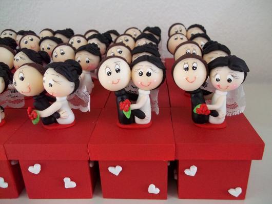 Lembrancinhas de Biscuit caixa de MDF vermelha com noivinhos