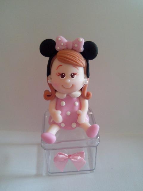 Lembrancinhas de biscuit com menina vestida de minie rosa