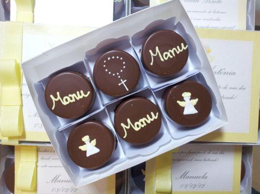 Lembrancinhas para padrinhos de batismo chocolate com detalhe de anjinho e terço