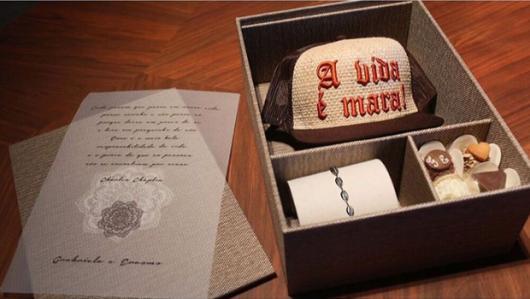 Lembrancinhas para Padrinhos de Casamento caixa rústica com boné masculino pulseira feminina e doces