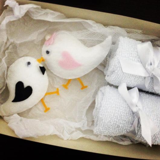 Lembrancinhas para Padrinhos de Casamento caixinha com passarinhos de feltro e toalhas de rosto