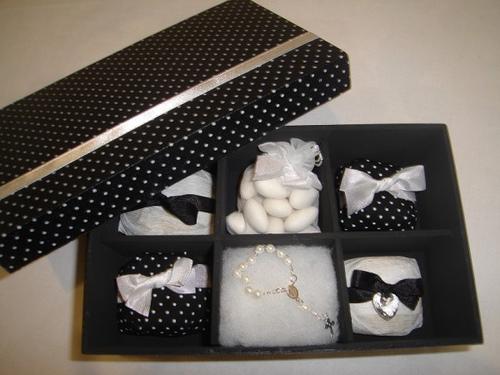 Lembrancinhas para Padrinhos de Casamento caixa de MDF preta com bolinhas brancas cheiaa de doces