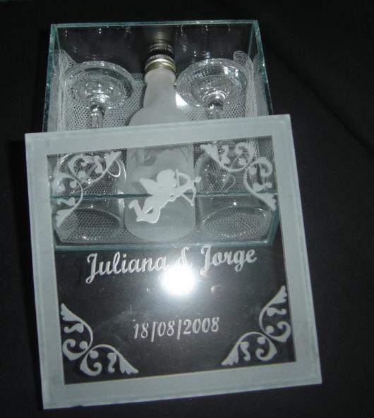 Lembrancinhas para Padrinhos de Casamento caixa de vidro com taças e champagne