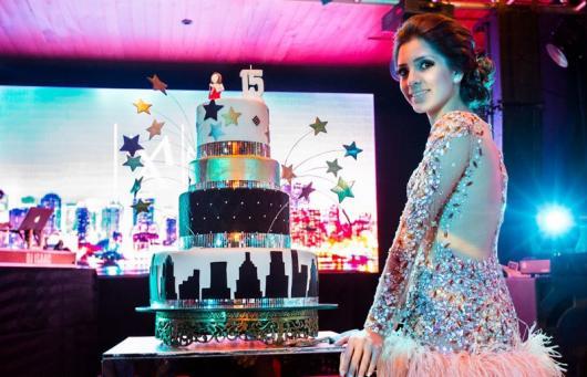 Temas para festa de 15 anos discoteca bolo fake