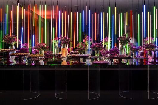 Temas para festa de 15 anos neon com luz no teto
