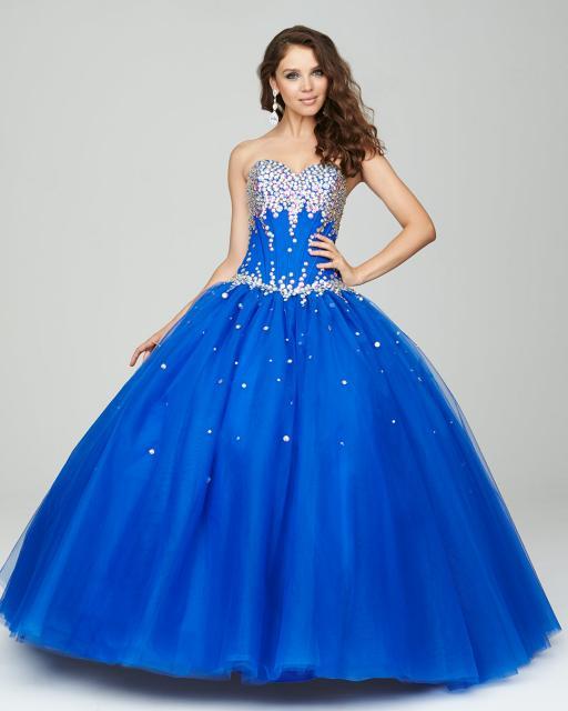Modelo veste vestido azul royal, tomara que caia com brilhos strass.