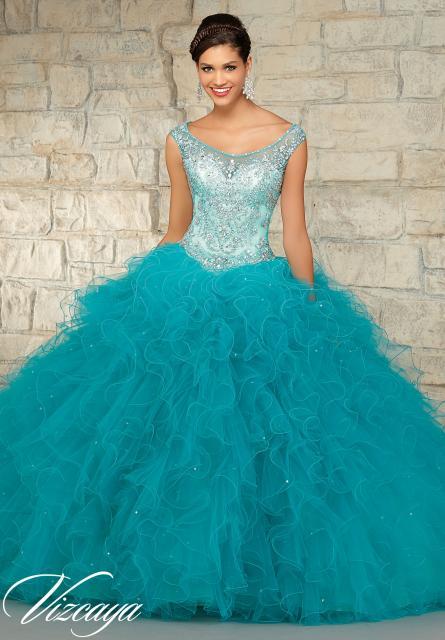 Modelo usa vestido azul turquesa com babados longo,