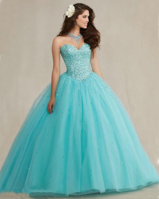 Modelo usa vestido longo bufante na cor azul tiffany, tomara que caia.