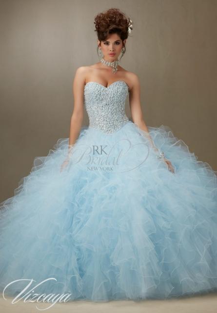 Modelo veste vestido de debutante azul claro tomara que caia.