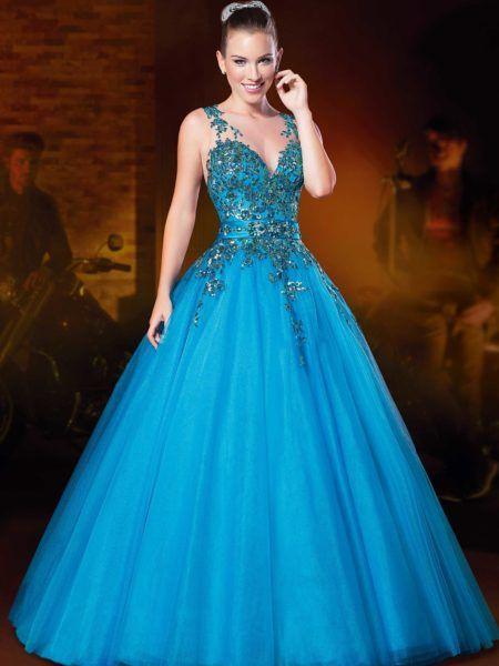 Modelo veste vestido azul bebe longo, estilo regata com decote.
