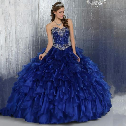 Modelo usa vestido bufante de debutante azul marinho longo tomara que caia.