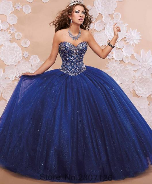 Modelo veste vestido de debutante azul marinho longo tomara que caia.