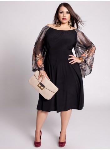 Modelo usa vestido preto com gola V e mangas transparentes com sapato pipitu na cor bordô.