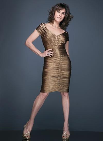 Modelo usa vestido cor de cobre para senhoras com leve decote.