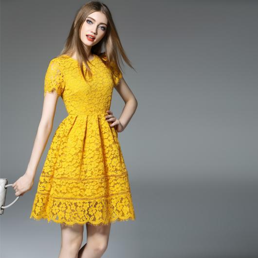 Modelo usa vestido de festa curto na cor amarelo.