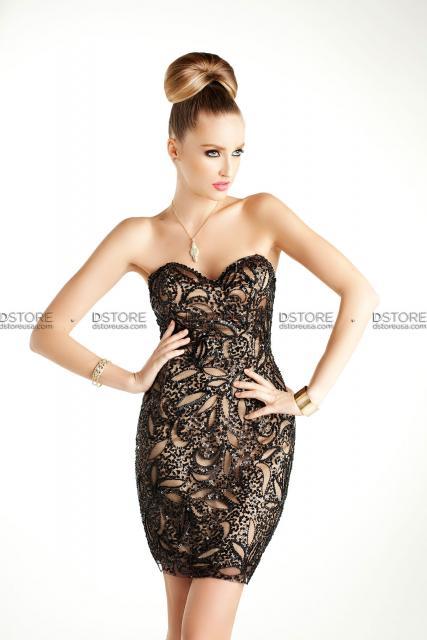 Modelo usa vestido preto justo todo em pedrarias (tomara que caia).