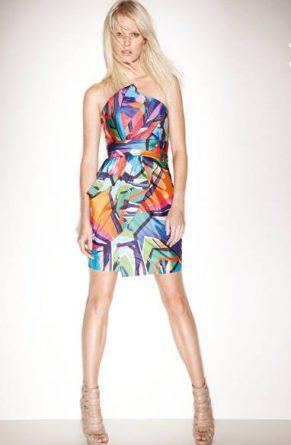 Modelo usa vestido estampado colorido curto para jovens.