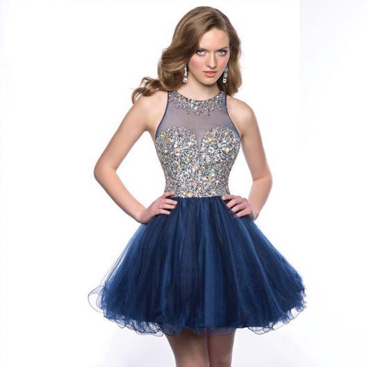 Modelo usa vestido de festa curto com detalhes na cor cinza e azul escuro.