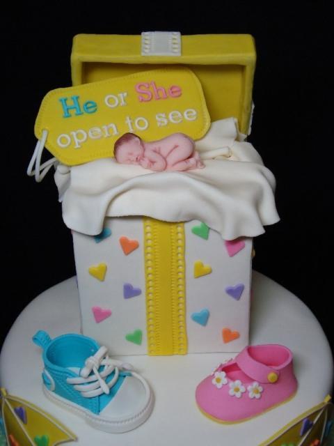 Bolo Chá Revelação caixa de presente com bebê