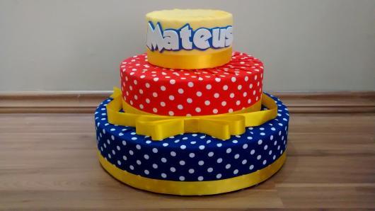 Bolo Fake Galinha Pintadinha modelo de tecido com laço de cetim amarelo