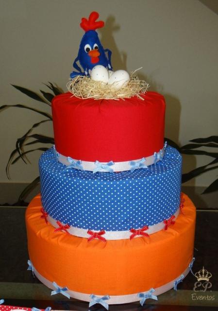 Bolo fake Galinha Pintadinha de tecido azul vermelho e laranja com topo da galinha no ninho