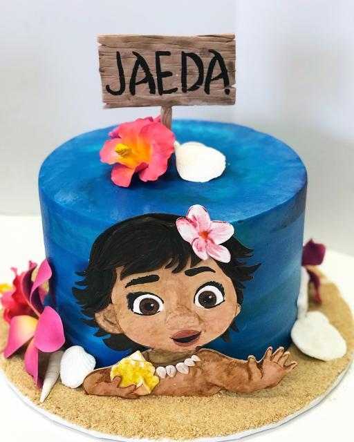 Bolo Moana baby criativo com fundo azul