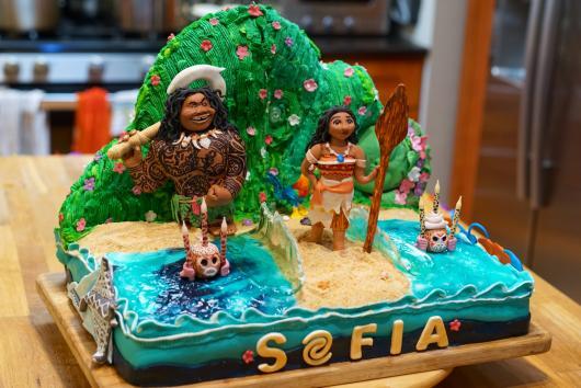 Bolo Moana criativo decorado com os personagens do filme