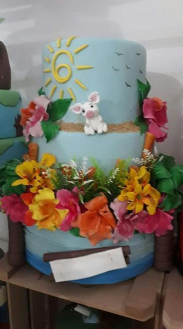 Bolo Moana de biscuit decorado com flores