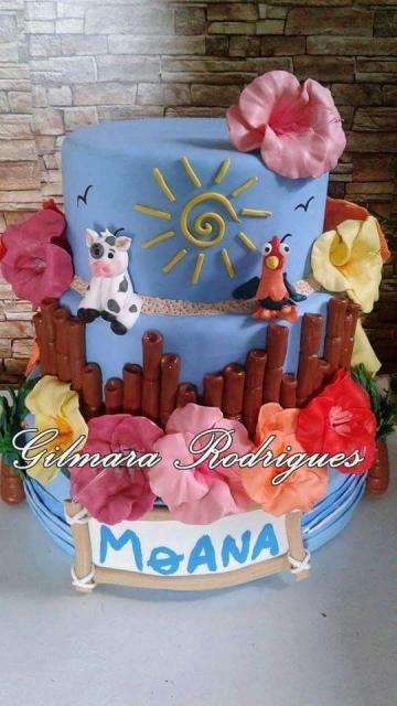 Bolo Moana de biscuit com fundo azul e aplique de flores e dos personagens