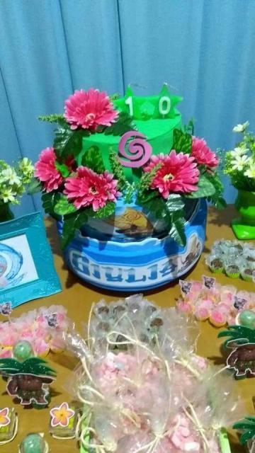 Bolo Moana de 2 andares com aplique de flores e nome da aniversariante