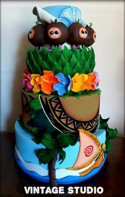 Bolo Moana modelo de bolo 3 andares feito com biscuit
