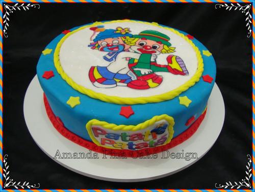 Bolo Patati Patatá redondo decorado com papel de arroz e pasta americana azul