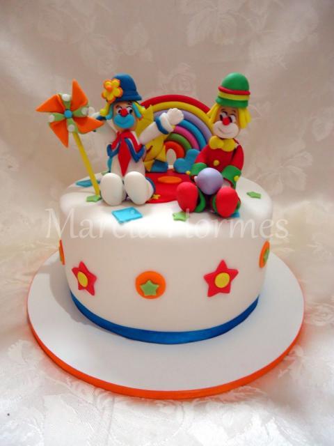 Bolo Patati Patatá redondo decorado com pasta americana branca e topo de bolo dos personagens