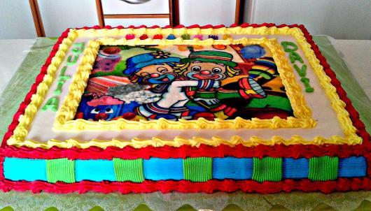 Bolo Patati Patatá quadrado decorado com chantilly